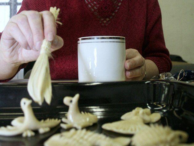 """Vizovice - Tradiční recept na vizovické pečivo je směs vody a mouky. Tvrdí to Jana Návratová zVizovic, vjejíž rodině se tyto dekorace pečou už třetí generaci. """"Slyšela jsem, že se ještě někde přidává iocet nebo bílek. Ale tohle je původní vizovický recept. Vizovické pečivo se totiž dříve peklo ze zbytků mouky jako dárek pro děti na hraní,"""" vysvětlila."""