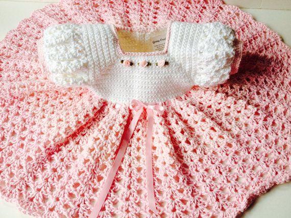 Handgemaakte gehaakte baby jurk en muts set - roze en wit katoenen baby jurk en muts maat 3-6 maanden. Een perfecte speciale aankleden outfit voor elke gelegenheid, de fantastische fotos en de familie herinneringen. Op bestelling gemaakt.  Het lijfje meet 19 inch/48 cm rond, lengte van de jurk is 14 inch/35 cm vanaf de schouder aan de zoom.  Haakwerk van baby zachtste, 100% katoen, deze jurk heeft een witte bodice versierd met 3 naaide in kleine roze lint rozen en zoete roze rok gedaan in…