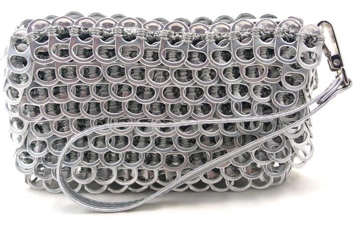 Borsa creata con le linguette che togliamo dalle lattine delle bibite