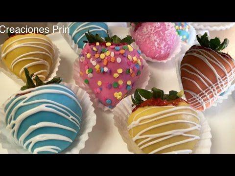 Fresas cubiertas de chocolate en colores