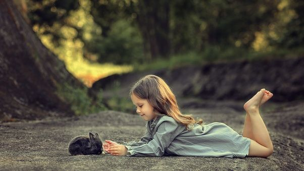 صور اطفال كيوت حلوين جدا Little Girl Lying Down And Playing With Rabbit بنات كيوت صغار Cute Babies Kids Photos Photo
