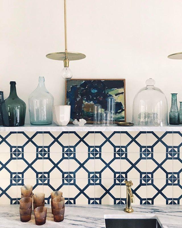 Une crédence de cuisine bleue et blanche · best kitchenkitchen ideascountry