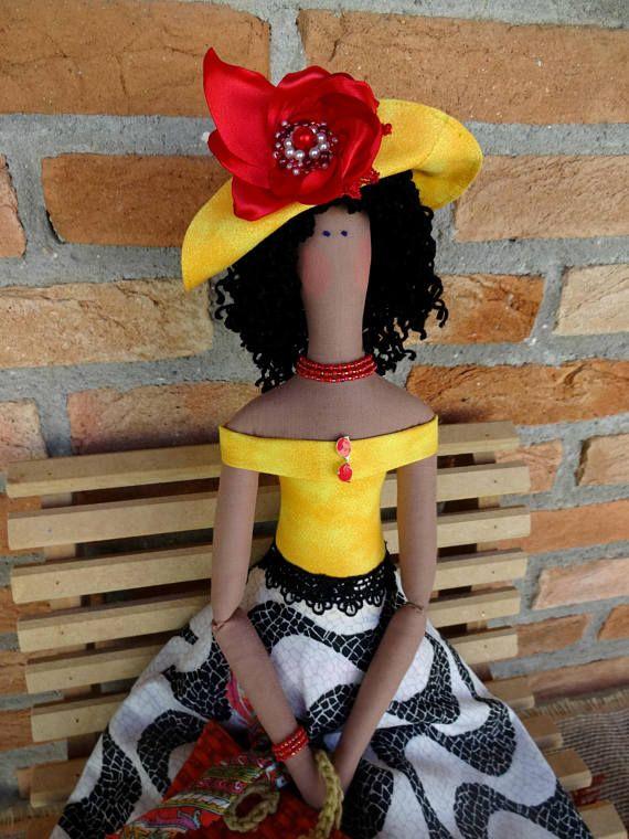 La chica de Copacabana Este vago de la playa Tilda le traen recuerdos de la arena caliente bajo sus pies y los días de verano soleados incluso en diciembre. ¡Acogedor para arriba con ella mientras lee un libro y disfrutar de la buena onda! Muñeca Tilda es 67 cm (27 pulgadas). Añadir