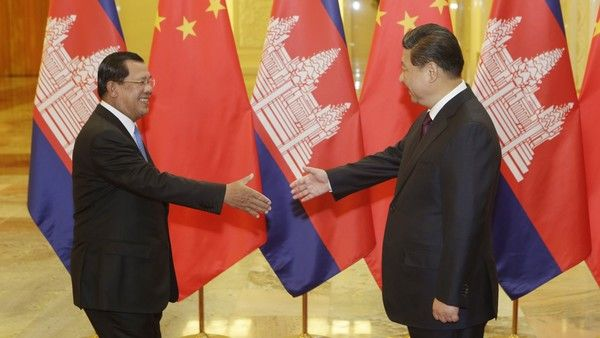 BEIJING, CHINA - NOVEMBER 7: Cambodia's Prime Minister Hun Sen (L) stretches to shake hands with China's President Xi Jinping before a meeting at the Great Hall of the People on November 7, 2014 in Beijing, China. (Photo by Jason Lee - Pool/Getty Images)