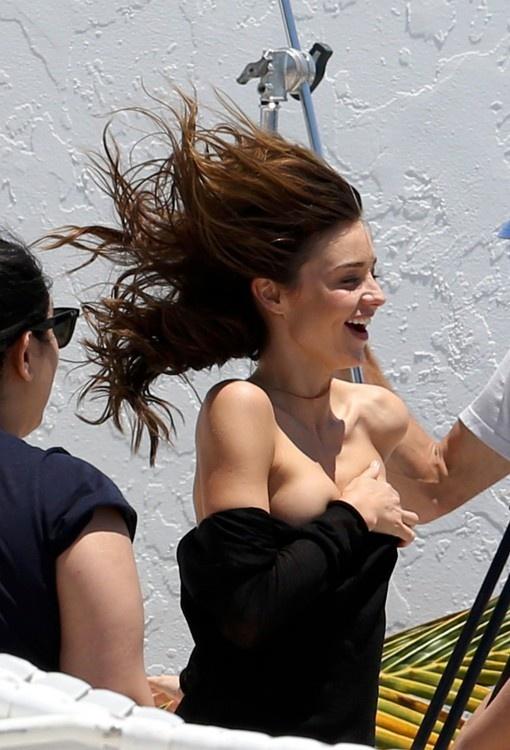 Miranda Kerr sufrió un percance con sus senos