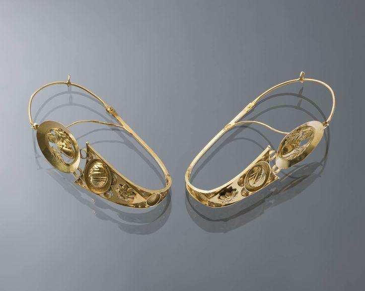 Paar 18-karaats gouden oorringen. Gedragen in de provincie Friesland. De oorringen zijn tussen 1826 en 1837 vervaardigd. #Friesland