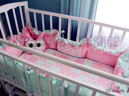 Купить или заказать Бортики в детскую кроватку в интернет-магазине на Ярмарке Мастеров. Мягкий бортик в кроватку малыша состоит из 4 частей: 2 шт 120х35 см, 2 шт 60х35 см. Завязываются с помощью атласных ленточек. Бортики 2-х сторонние, можно менять цвет в зависимости от настроения. В комплект к бортикам можно сделать одеялко, плед, подушечки и прочие милые аксессуары для комфорта вашего малыша. Бортики выполнены из 100% американского хлопка и украшены кружевом. Наполнитель синтепух.