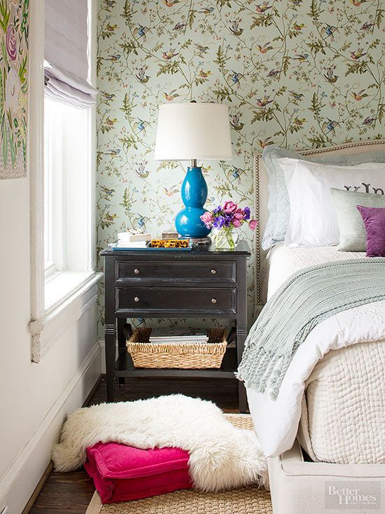 Dating Luke wasn't the only upgrade Lorelai made. (Sorry, Christopher.) She upped her style game by adding fresh, floral wallpaper to her bedroom. And we must admit, it stuck./