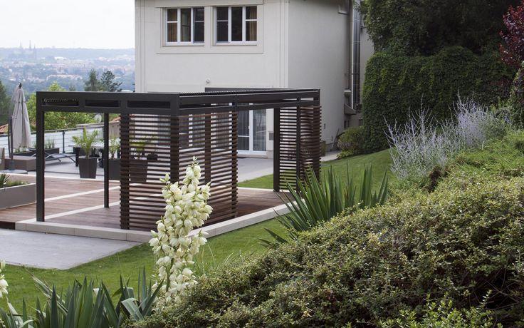 moderní stylová, na míru zhotovená, kovová pergola se střešními lamelami / modern, stylish, custom fabrication, metal pergola with roof lamela system