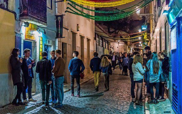 La #noche de #Lisboa se vuelve #cool - via EFEtur 18.02.2016 | El ocio y la vida nocturna en la capital lusa ha optado por modernizarse en los últimos años para adecuar la oferta a una demanda cada vez más variada y cosmopolita con un nuevo reto: una renovación que no implique perder la esencia. #portugal #turismo #viajes #viajar