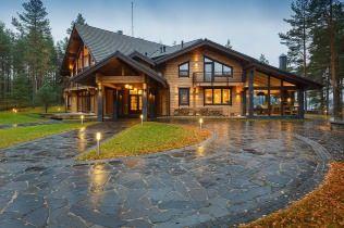 Этот загородный дом из клееного бруса выстроен в живописном месте Карельского перешейка. Его окружает сосновый лес, недалеко от входа озеро Медное.