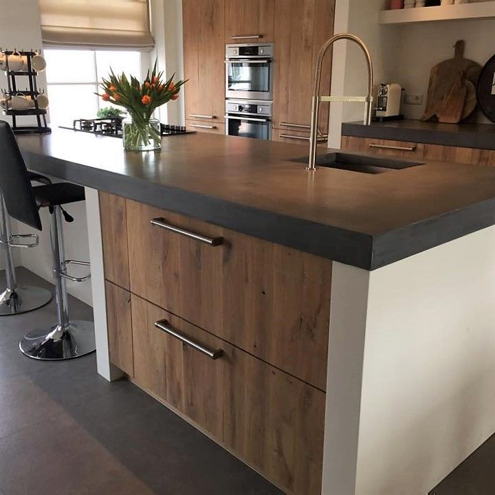 Mooie keuken met massief houten fronten gemaakt door onze meubelmaker. De fronten zijn gemaakt van eikenhout, afgewerkt met een white wash. De keuken beschikt over een hete lucht oven en een combi oven. Ook heeft deze keuken een gas-op-glas kookplaat die zorgt voor een luxe uitstraling. Door de koof en de nis in de wand heeft deze keuken een stoer maar ook strak uiterlijk. . . #sense #keukens #sensekeukens #prikkeltuwzintuigen #eiken #whitewash