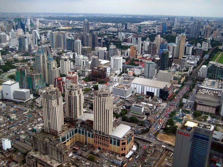 Bangkok (Thaïlande) |neajjeanvia Flickr CC (License by)    Les habitants de Bangkok subissent déjà les effets des augmentations de températures. Les sols s'affaissent et la polution de l'eau et de l'air augmentent les risques de maladies. De plus, la ville est peu élevée par rapport au niveau de la mer, ce qui la rend vulnérable aux inondations.
