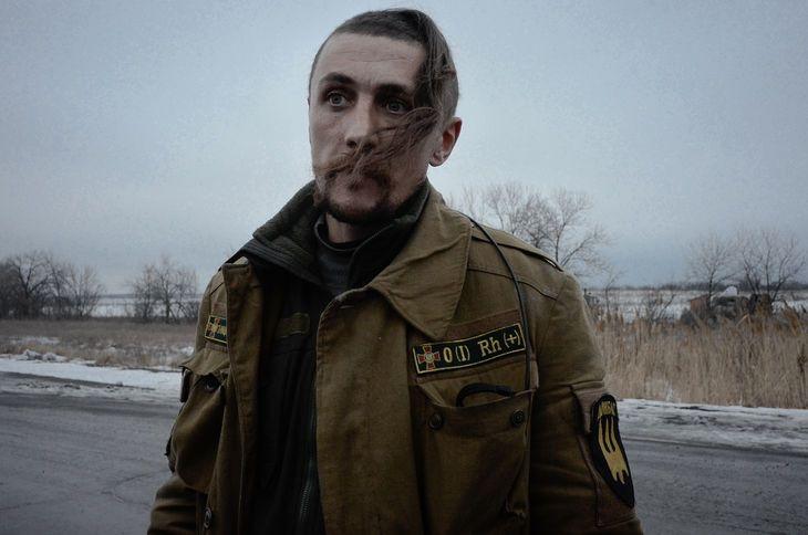 Vojak, un combattant du « bataillon Donbass.Crédits : MARIA TURCHENKOVA POUR LE MONDE sur-le-front-est-dans-une-tranchee-de-l-armee-ukrainienne