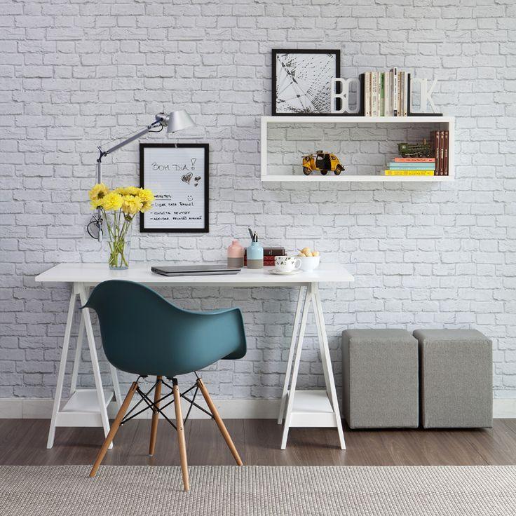 O papel de parede de tijolinho fica LINDO em qualquer espaço, principalmente quando combinado com uma cadeira Eames em um home office.