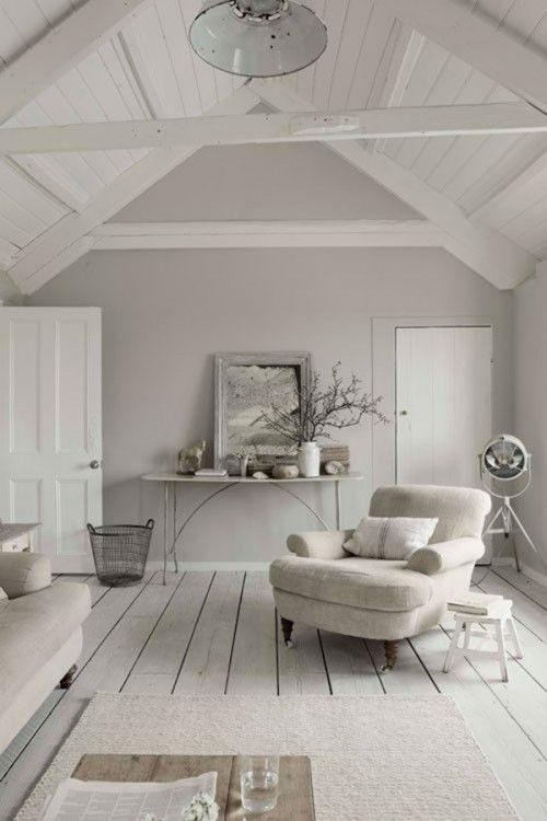 Stijlvolle relax kamer op een hoge zolder, landelijk ingericht met rustige kleuren. Ingericht met een fijne stoel en bank. De zijkanten zijn afgeschermd, zodat je daarachter spullen kunt opbergen.
