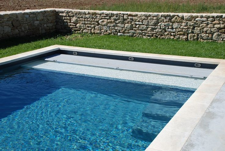 Volet piscine immerg cach derri re un escalier avec plage immerg e pool - Prix piscine traditionnelle ...