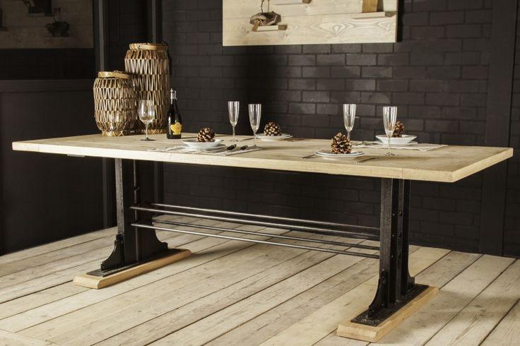 Industriële tafel met een eikenblad en een nostalgisch stalen onderstel (23220151010KOPS)