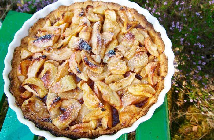 Baka äppelpaj - här är bästa receptet. En underbar äppelpaj på mandelbotten som är snabb att baka och uppskattad att bjuda på.