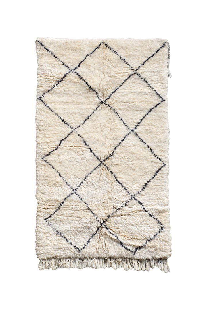 MOROCCAN RUG - BENI OUARAIN (VINTAGE) 〈ビンテージモロッコラグ ベニワレン〉BO 78|モロッコ北部はアトラス山脈。ベルベル人 BENI OUARAIN「ベニ・ワレン」によって織られています。 手紡ぎの羊毛を使い、なにも染色を施さないのが特徴です。 古くからアトラスの遊牧生活の中でテント内での防寒寝具として使われてきました。 そのほとんどが子羊のナチュラルウールが使われ、最上の手触りの良さを感じて頂けると思います。 時を経てシルクのような光沢を発した風合いに質の良さを感じます。