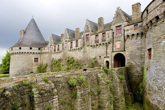 Morbihan travel guide: Pontivy Castle. The castle Pontivy was built in the fifteenth century by Jean II de Rohan (Lord of the Rings Rohan?!!). The place was used in 1940 by the Breton National Party to declare independence in the region. Its two towers and walls 20 meters high make it a particularly impressive building. © PHB.cz - Fotolia.com
