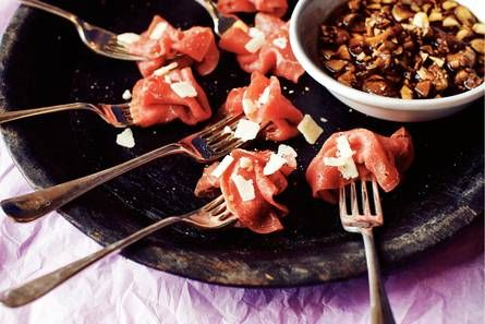 25  Carpacciorolletjes met rode portsaus.jpg, De kruidig-zoete portsaus smaakt perfect bij de carpaccio.  De lekkerste resultaten voor paddenstoelenmelange