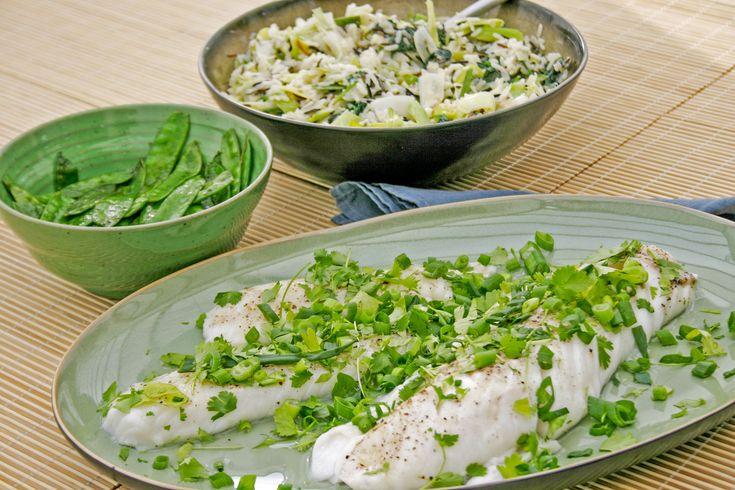 Deze vis op Cantonese wijze iseenvoudig doordeweeks gerecht, hoewel het in China op de huwelijkstafel komt (met nog tal van andere recepten, weliswaar). Het is ook een licht gerecht, met weinig werk aan. Perfect dus voor