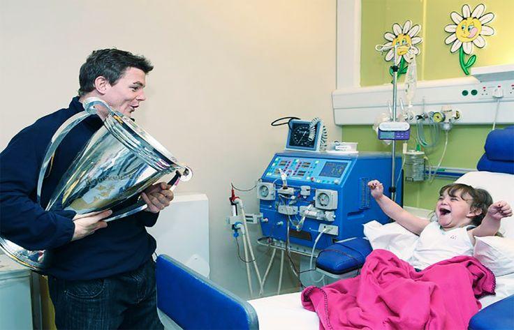 #InspiracionUdever Valió la pena!, ya estoy aquí para celebrar!. Niña enferma en un hospital recibiendo a su padre.