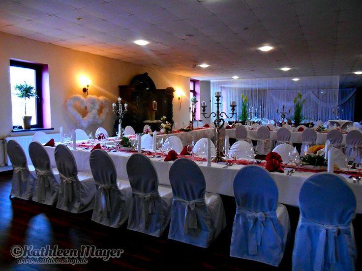 Nach der Trauung in der Landgrafenmühle ging es dann nach Bexbach in das Hotel Haus Krone, zur #Hochzeitsfeier von Kathrin & Paul. In der #Krone hatten wir am Vormittag schon unsere Ton & Lichtanlage aufgebaut sodass wir beim Eintreffen des #Brautpaares gleich Loslegen konnten. Selten hatten wir ein solches Tanz-wütiges Publikum ...Fast durchgehend ab 17:00 Uhr war die #Tanzfläche voll, nur unterbrochen von einigen Spielen, der #Hochzeitstorte und um 0:00 Uhr mit einer #Eistorte.