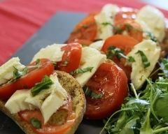 Bruschetta aux tomates et à la mozzarella (facile, rapide) - Une recette CuisineAZ