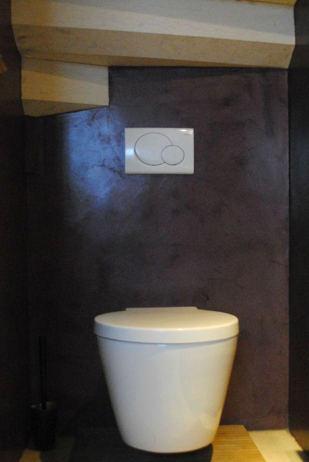 Rivestimento pareti del bagno in resina spatolata colore prugna.