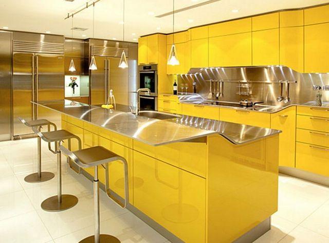 Moderne Küchenausstattung In Gelb Und Oberfläche Aus Edelstahl