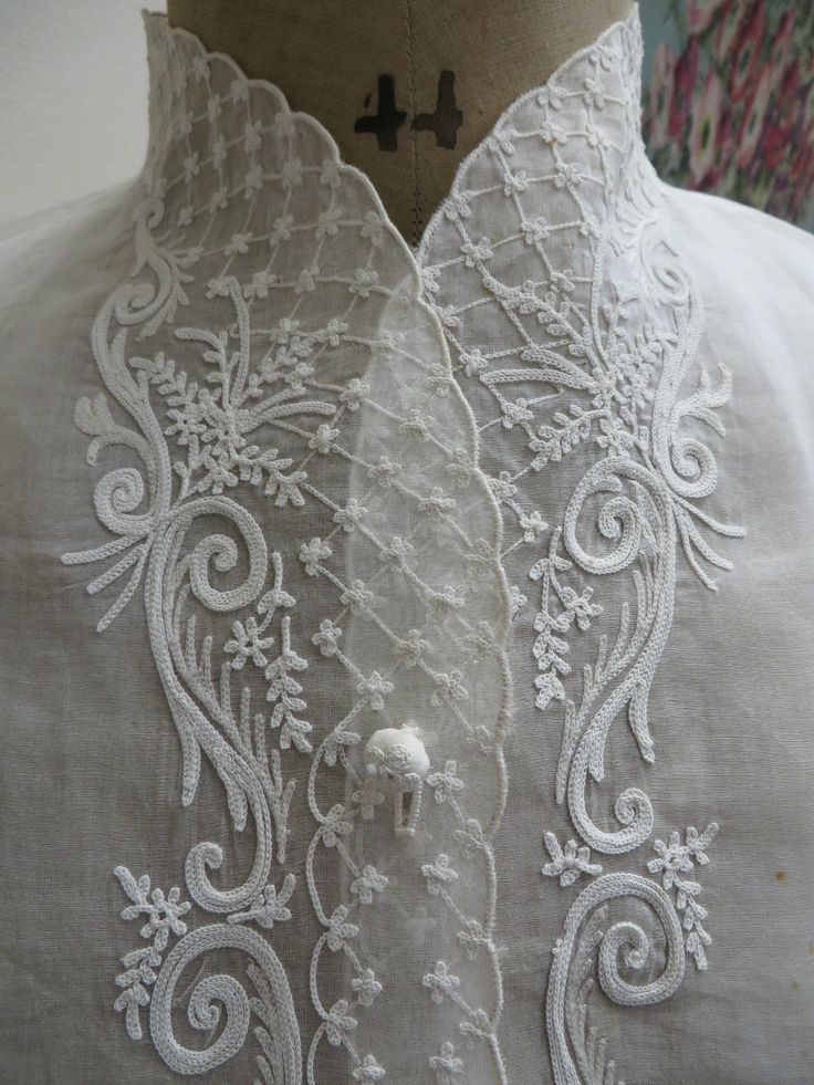 Raffiné plastron ancien devantier en organdi brodé au Point de Beauvais                                                                                                                                                      Plus