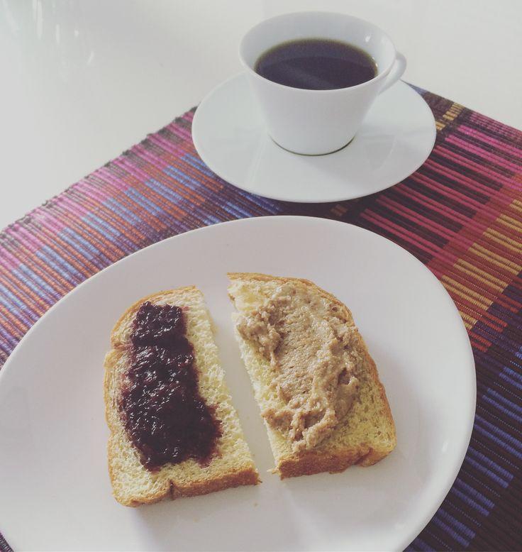Café da manhã vegano com geleia de amora e pasta de castanhas e sementes. Vegan breakfast with Blackberry jelly and nuts and seeds spread.