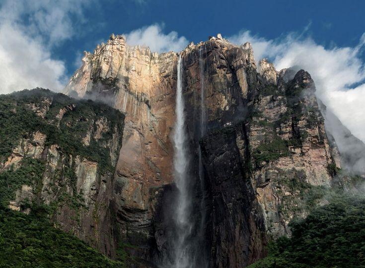 Водопад Анхель, Венесуэла. А́нхель — самый высокий в мире водопад, общая высота 1054 метра, высота непрерывного падения 807 метров.