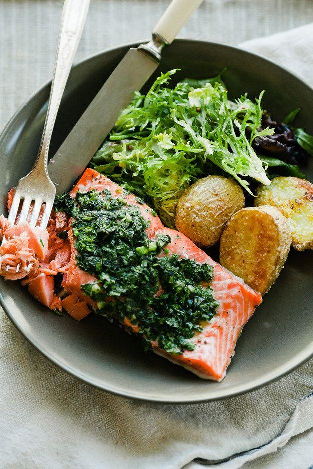 Salmón asado fácil con patatas crujientes: | 19 Cenas fáciles para impresionar a tu pareja