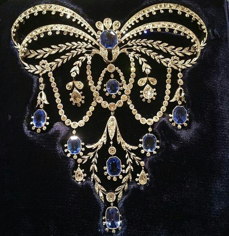 Corsage brooch c.1906 by @chaumetofficial made of sapphires and diamonds!! Courtesy @twentyonejewels, owned by @albionart.institute #antiquejewellery