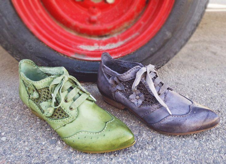 Rovers 52002  http://www.traxxfootwear.ca/catalog/6012270/rovers-52002