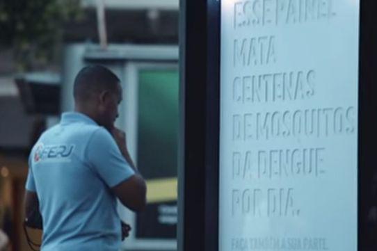 Des agences de pub inventent le panneau d'affichage tueur de moustiques