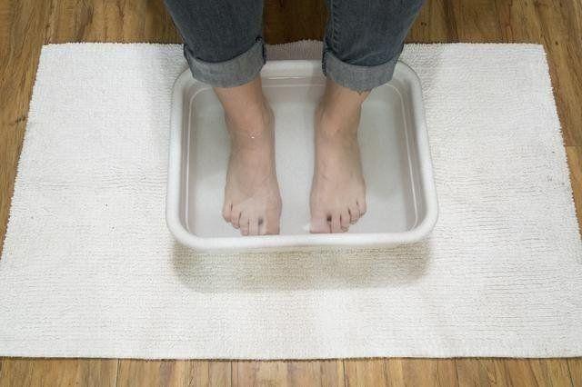 Como Eliminar El Mal Olor De La Alfombra Elimina Las Grietas Y Malos Olores En Los Pies Con Este Remedio A