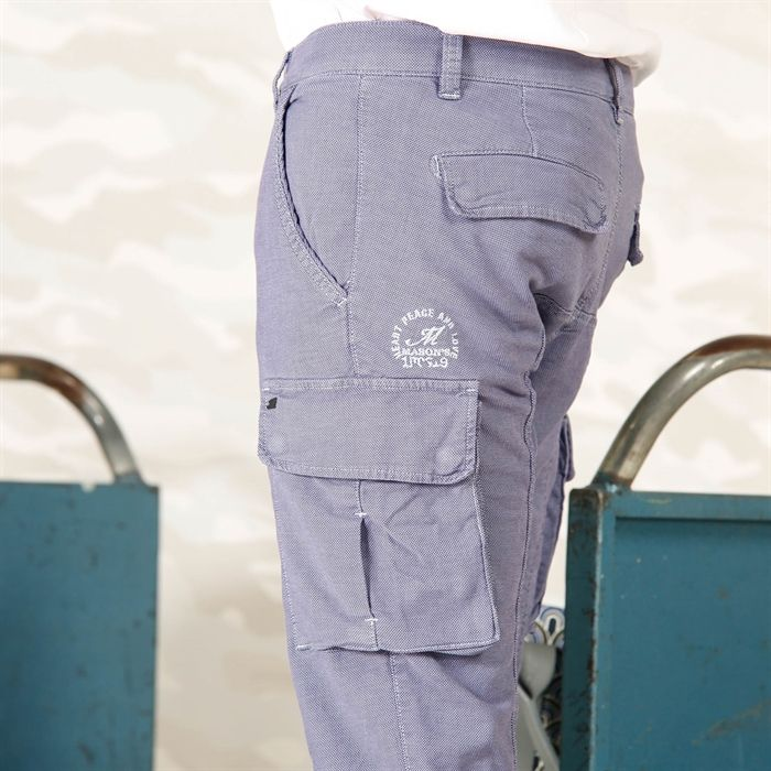 Mason's Man Pant Cargo model Chile in Oxford - Masons