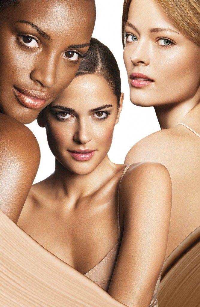 Modellen dragen meestal weinig make-up, maar investeren in een goede basis zoals primer, foundation, poeder. Less is more!