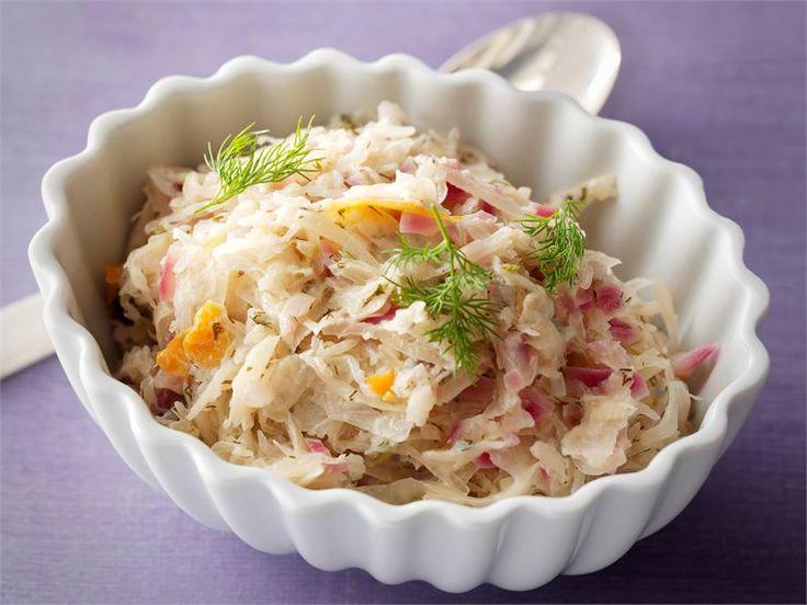 Lämmin hapankaalisalaatti -  Hapankaalisalaatti on oiva lisäke erilaisille liharuoille ja se valmistuu nopeasti.