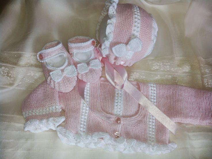 Conjunto de primera edad,con rebeca, gorro y patines.   En hilo rosa,combinado con blanco.   Con pequeñas moñas en gorro y zapatos.   Reb...