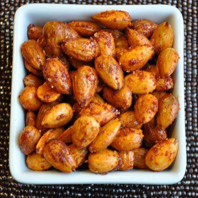 Préchauffer le four à 350. Mettre dans un bol et mélanger: 4 tasses d'amandes,1 c. à table d'huile d'olive, 1 c. à table de miel,1 c. à table de sucre, 1 c. à thé de cannelle et / ou de paprika et / ou de cumin,½ c. à thé de sel,Étendre sur une plaque, cuire 15-20 minutes, en remuant une fois. Servir dans un beau verre ou compotier. Peut se préparer à l'avance.