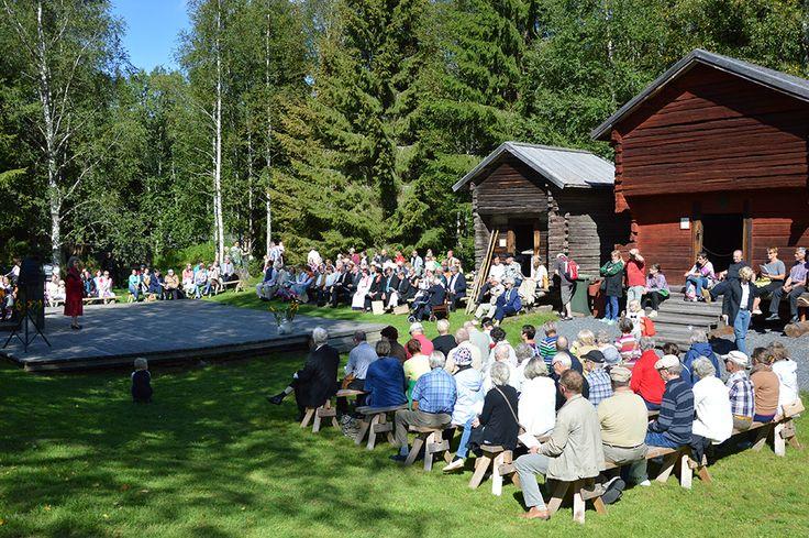 Yhteislaulussa lauletaan kaikille tuttuja kestosuosikkeja kuten Muurari. Luuppi, Oulu (Finland)