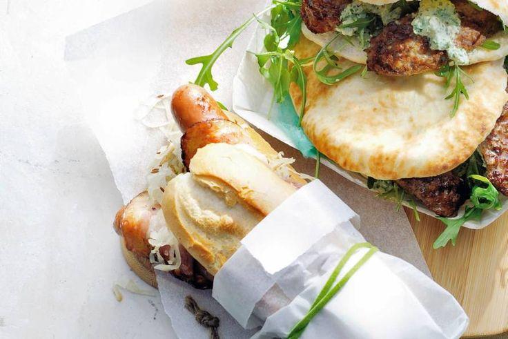 Stevige lunch: zuurkool en worst op een knapperig broodje. - Recept - Allerhande