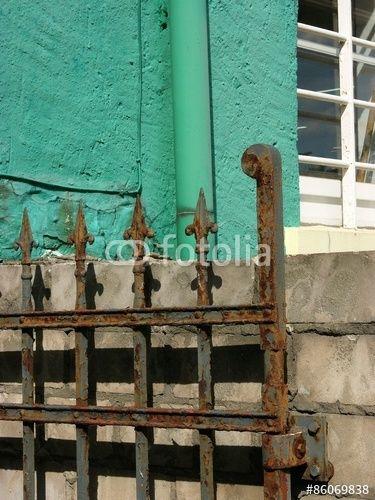Rostiges Eisentor und grüne Fassade eines Altbau in Detmold im Kreis Lippe in…
