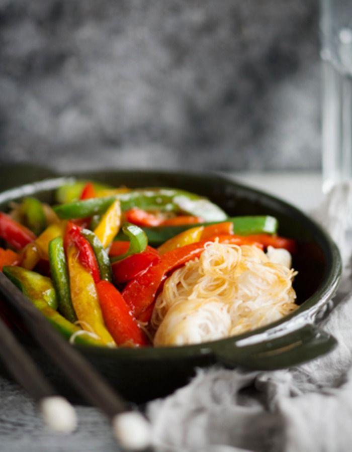 -Tuorekset-reseptit - Kanaa Chow Mein valmistuu vaivatta Tuoreksista, käyttövalmiista kasviksista sekä maustekastikkeesta.