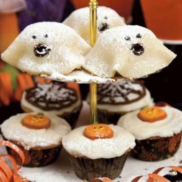 Baka muffins som är både söta och läskiga på samma gång.
